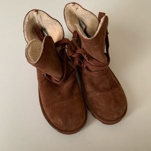 Bearpaw short brown lace up boots.